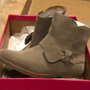 New low taupe boots size 4